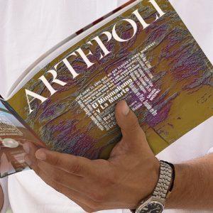 Lector-del-la-revista-artepoli-ejemplar-arte-y-cultura-verano-2020